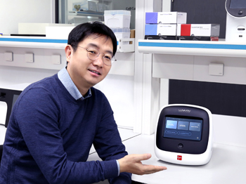 Neon Jung, CEO of Logos Biosystems with the new LUNA-FX7™